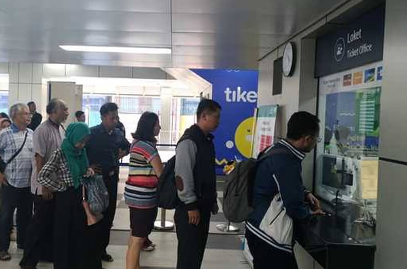 Antrian di loket tiket MRT Jakarta