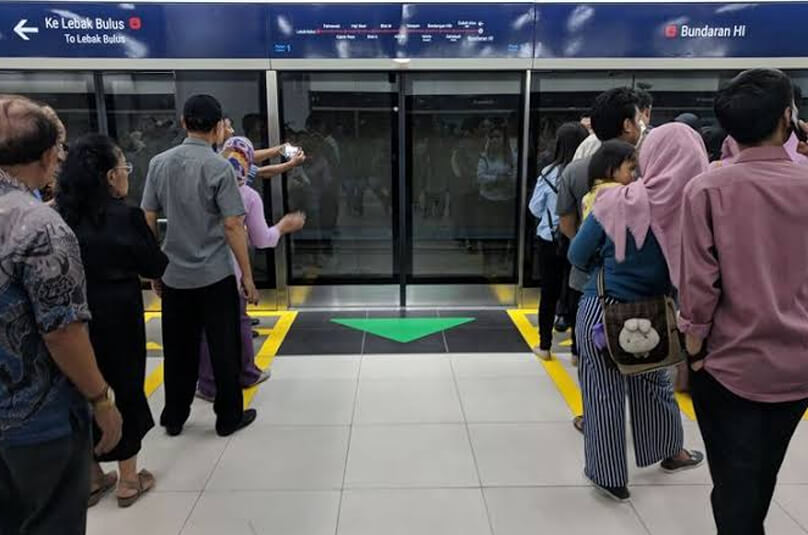 Antre pada garis aman saat menunggu MRT